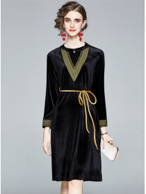 Retro Europe Embroidery Round Neck Loosen Velvet Dress