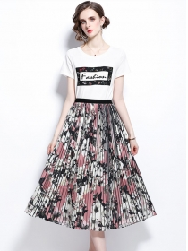 Retro Fashion Embroidery T-shirt with Flowers Pleated Long Skirt